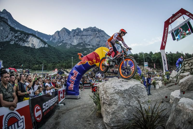 Toni Bou commands the final qualifying round of the season in Italy by night